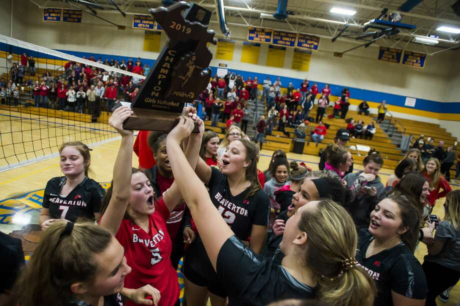 Beaverton players hold up their trophy after their Div. 3 regional final victory over Manton Thursday, Nov. 14, 2019 at Carson City-Crystal High School. (Katy Kildee/kkildee@mdn.net) Photo: (Katy Kildee/kkildee@mdn.net)