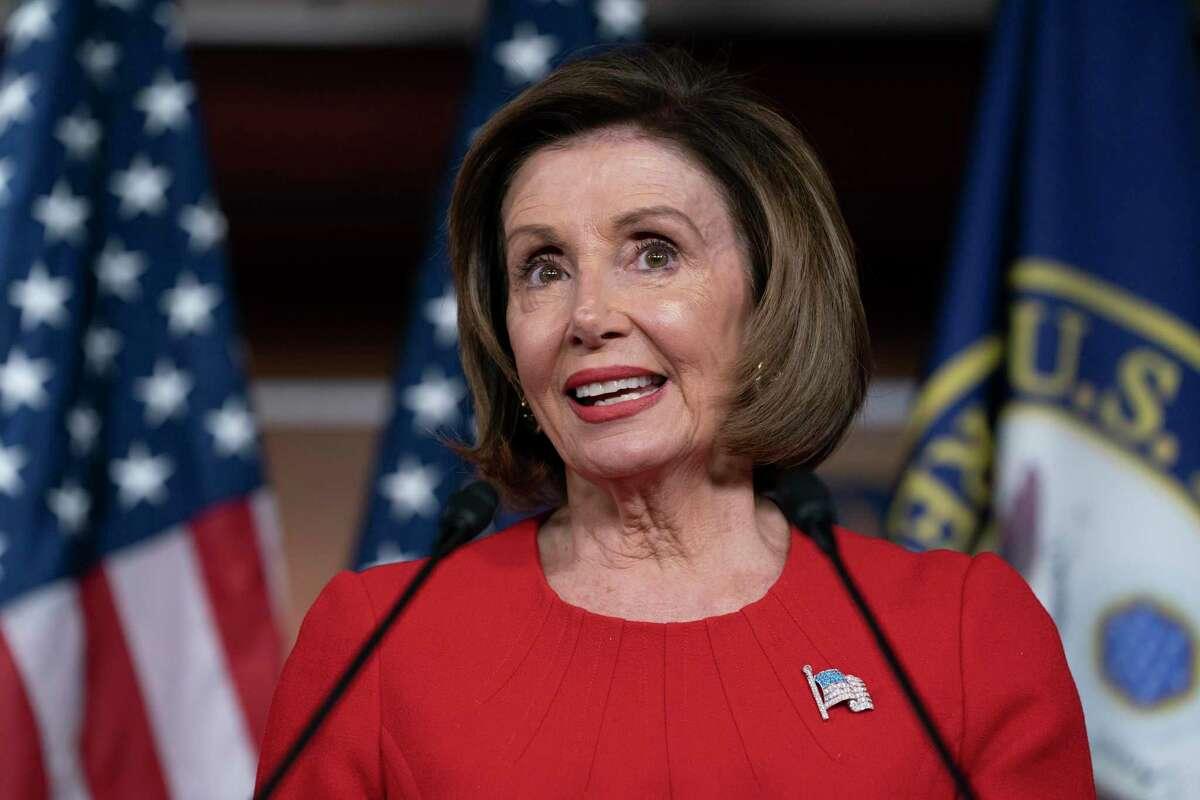 La Presidenta de la Cámara, Nancy Pelosi, D-California, habla a los reporteros la mañana de la primera audiencia pública para el juicio político del Presidente Donald Trump. Pelosi dijo el jueves que el pacto para la aprobación de T-MEC es inminente.
