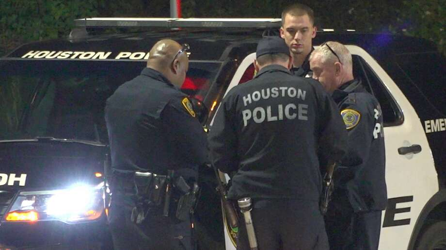 Houston police officers investigate a shooting along North Loop 610 on Friday, Nov. 15, 2019. Photo: OnScene.TV
