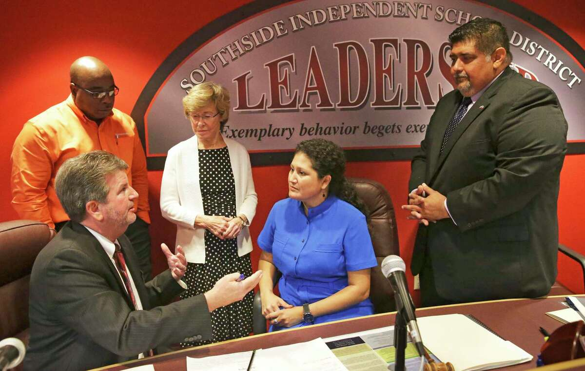 Superintendent Mark E. Eads holds an opening conversation as the state-appointed Southside ISD board of managers takes the oath of offce at the districts headquarters in 2017. Members from the left are Bruce Brannon; Secretary Lonna Clinch, President; Dolores Sendejo; and Gabriel Farias, Vice President.