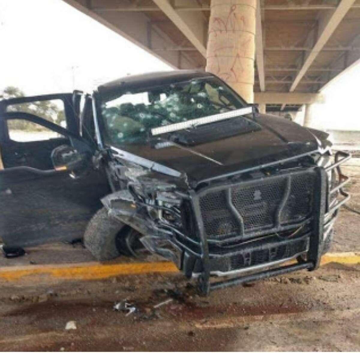 Un camioneta quedó severamento dañada después del tiroteo del jueves en Nuevo Laredo.