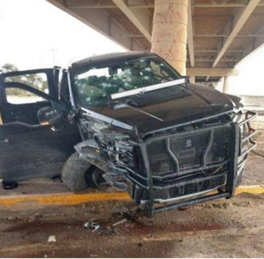 Un camioneta quedó severamento dañada después del tiroteo del jueves en Nuevo Laredo. Photo: Foto De Cortesía