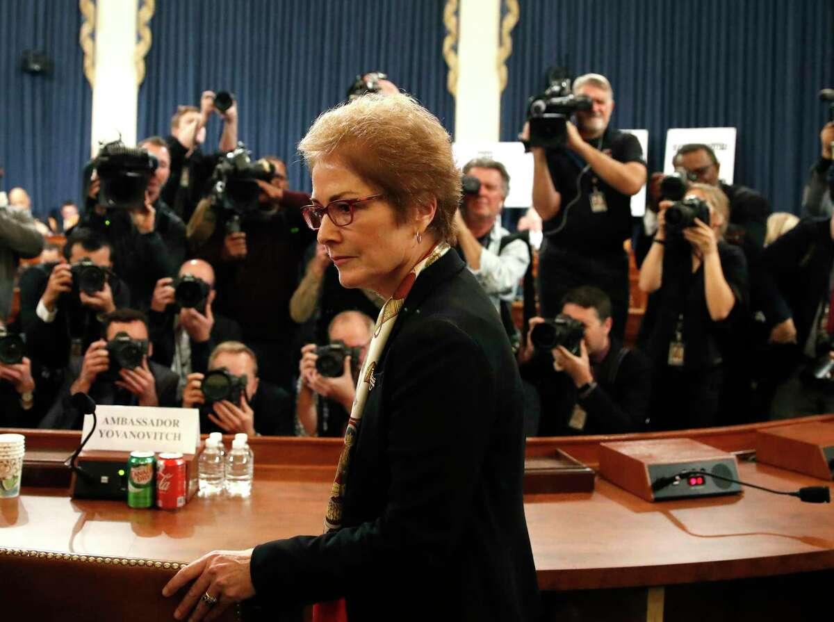 La exembajadora de Estados Unidos en Ucrania Marie Yovanovitch llega para testificar ante la Comisión de Inteligencia de la Cámara de Representantes el viernes 15 de noviembre de 2019, en el Capitolio, en Washington, D.C.