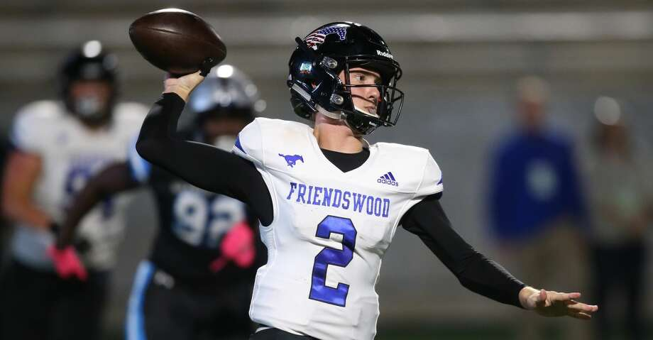 Friendswood 's Luke Grden (2) cases against Shadow Creek in the first half on October 18 at Freedom Field in Rosharon, TX. Photo: Thomas B. Shea/For The Chronicle