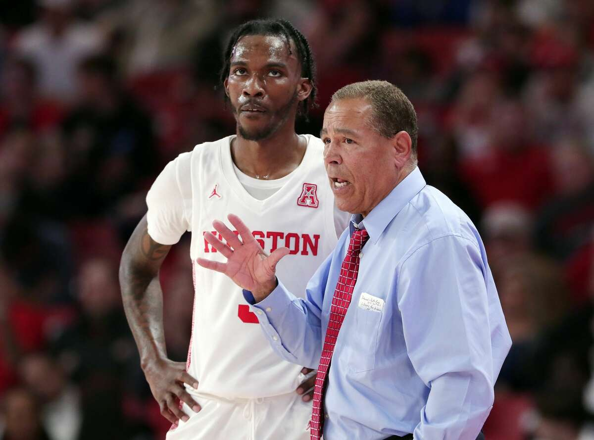 University of Houston coach Kelvin Sampson disputed an officiating call that led to the ejection of point guard DeJon Jarreau for biting late in Saturday's 64-62 loss at Cincinnati.