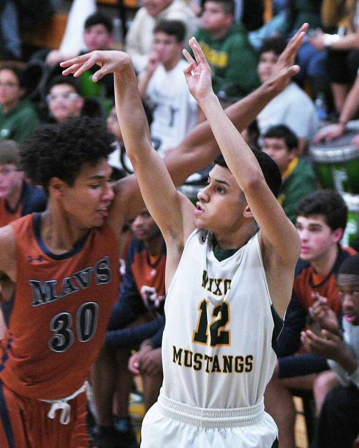 Alex Flores scored 35 points as No. 11 Nixon opened the season with a loss to San Antonio Madison Friday. Photo: Cuate Santos /Laredo Morning Times / Laredo Morning Times