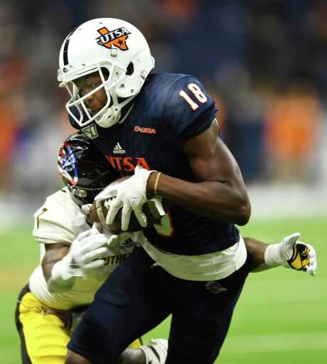 Zakhari Franklin of UTSA hauls in a first-half pass as Ty Williams of Southern Miss defends during college football action in the Alamodome on Saturday, Nov. 16, 2019. Photo: Billy Calzada, San Antonio Express-News / Staff Photographer / ***MANDATORY CREDIT FOR PHOTOG AND SAN ANTONIO EXPRESS-NEWS /NO SALES/MAGS OUT/TV