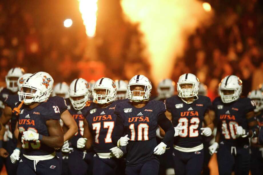 The UTSA Roadrunners take to the field for their game against Southern Miss in college football action in the Alamodome on Saturday, Nov. 16, 2019. The start of UTSA's spring football practice will be delayed until at least March 23 in response to coronavirus, the university announced Wednesday. Photo: Billy Calzada /Staff Photographer / ***MANDATORY CREDIT FOR PHOTOG AND SAN ANTONIO EXPRESS-NEWS /NO SALES/MAGS OUT/TV
