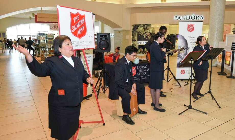 La banda de la iglesia de El Ejército de Salvación interpreta canciones navideñas en el Mall del Norte durante el arranque de la campaña de recaudación de fondos Kettle Campaign, el sábado 16 de noviembre. Photo: Danny Zaragoza /Laredo Morning Times / Laredo Morning Times