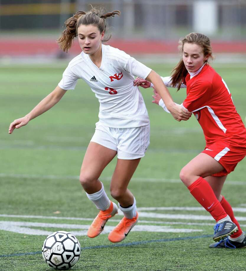 Dillyn Patten (left) of New Canaan and Helene Lopez of Cheshire fight for the ball on November 14, 2019 in a Class LL tournament game in Cheshire. Photo: Arnold Gold / Hearst Connecticut Media / New Haven Register
