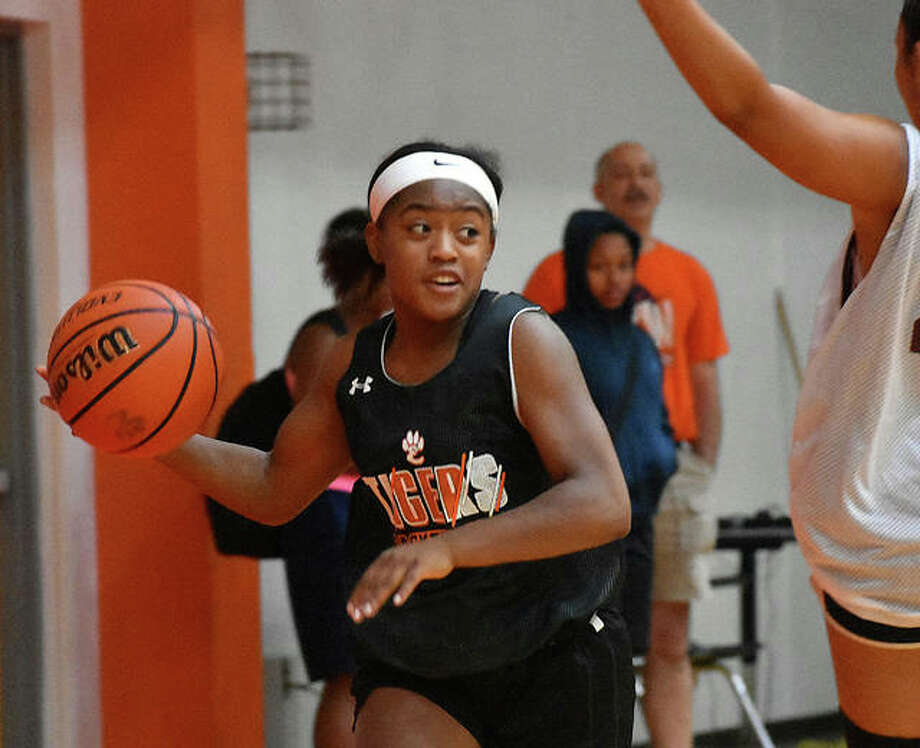 Edwardsville guard Quierra Love looks for an open teammate during a summer scrimmage. Photo: Matt Kamp|The Intelligencer