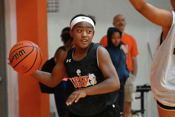 Edwardsville guard Quierra Love looks for an open teammate during a summer scrimmage.