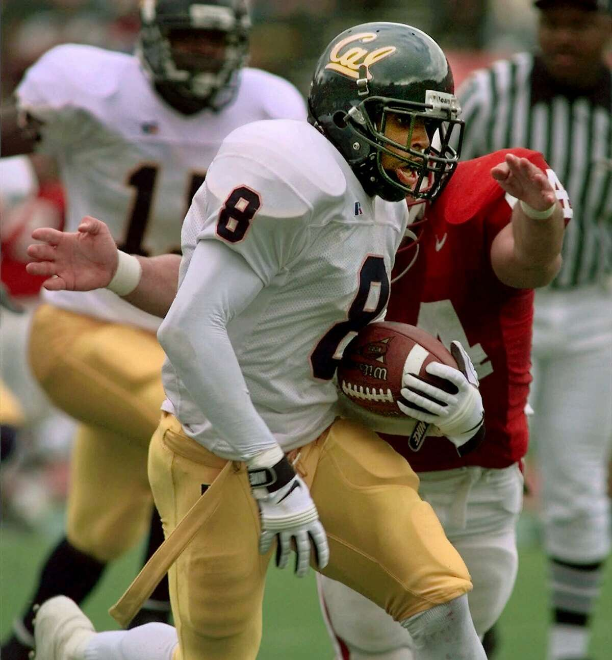 FOR USE WITH NFL DRAFT STORIES--California's Deltha O'Neal avoids a Stanford defender during a 58-yard punt return for a touchdown in the second quarter in this Nov. 20, 1999 photo, in Stanford, Calif. (AP Photo/Paul Sakuma)
