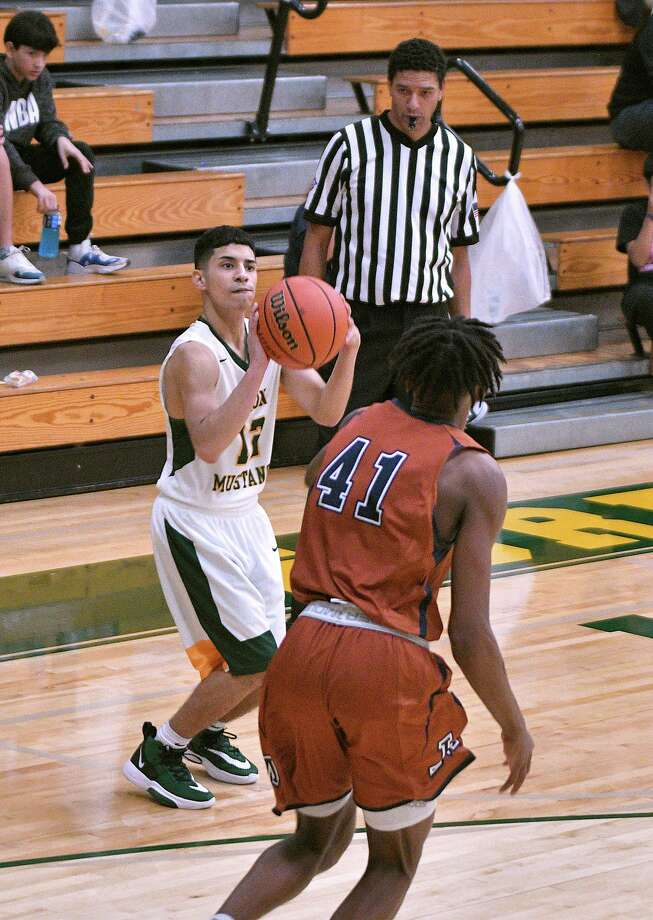Alex Flores scored 35 points in No. 25 Nixon's season opener against San Antonio Madison. Photo: Cuate Santos /Laredo Morning Times / Laredo Morning Times