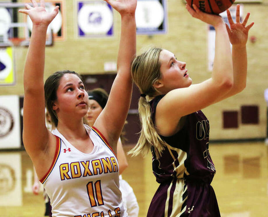 EA-WR's Taylor Parmentier (right) puts up a shot after getting behind Roxana's Kiley Winfree during the season opener for both teams Tuesday night at the Dupo Cat Classic in Dupo. Photo: Greg Shashack / The Telegraph