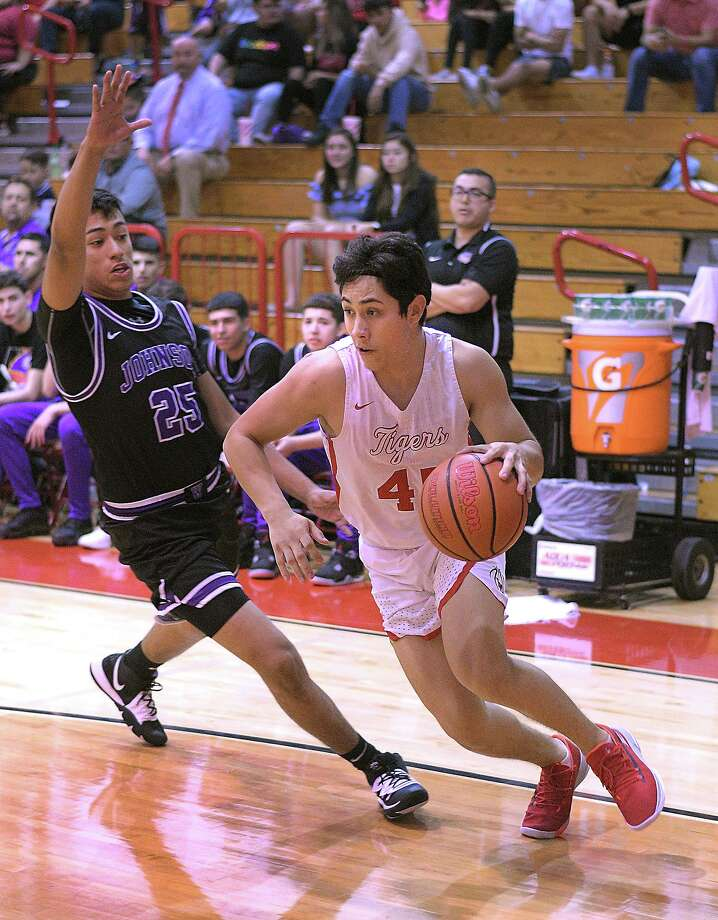 Martin's Nelson Vasquez is averaging 28.4 points and 5.4 rebounds per game this season. Vasquez opened the year with a 45-point performance against Corpus Christi Moody. Photo: Cuate Santos /Laredo Morning Times / Laredo Morning Times