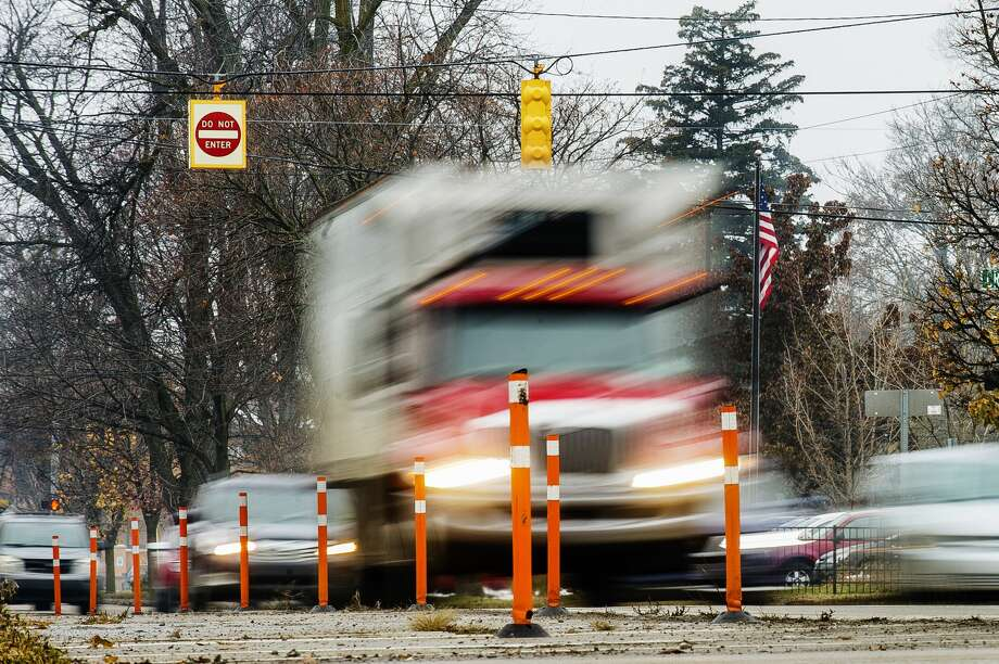 Vehicles move down Buttles Street Tuesday afternoon in Midland. (Katy Kildee/kkildee@mdn.net) Photo: (Katy Kildee/kkildee@mdn.net)