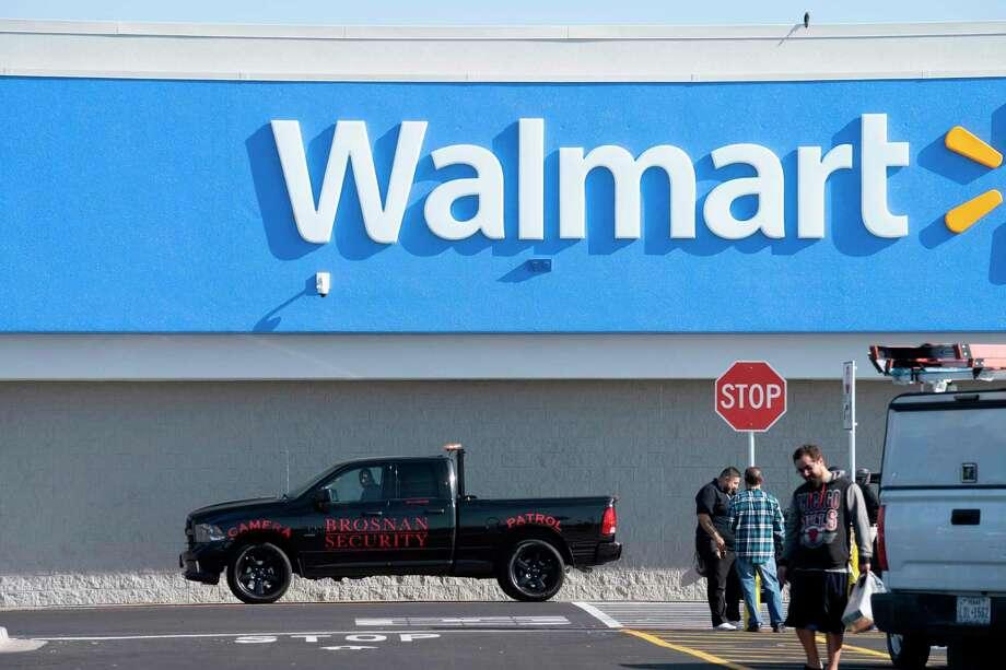 """Clientes visitan la tienda Walmart Supercenter sobre Gateway West in El Paso,Texas que fue abierta nuevamente después que se elevara una bandera norteamericana a media asta y una manta con la leyenda """"El Paso Strong"""" el 14 de noviembre de 2019. Photo: Paul Ratje /AFP Via Getty Images / AFP or licensors"""