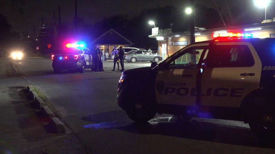 Houston police homicide detectives investigate a deadly shooting in the 3500 block of Chimira in Sunnyside on Wednesday, Nov. 20, 2019. Photo: OnScene.TV
