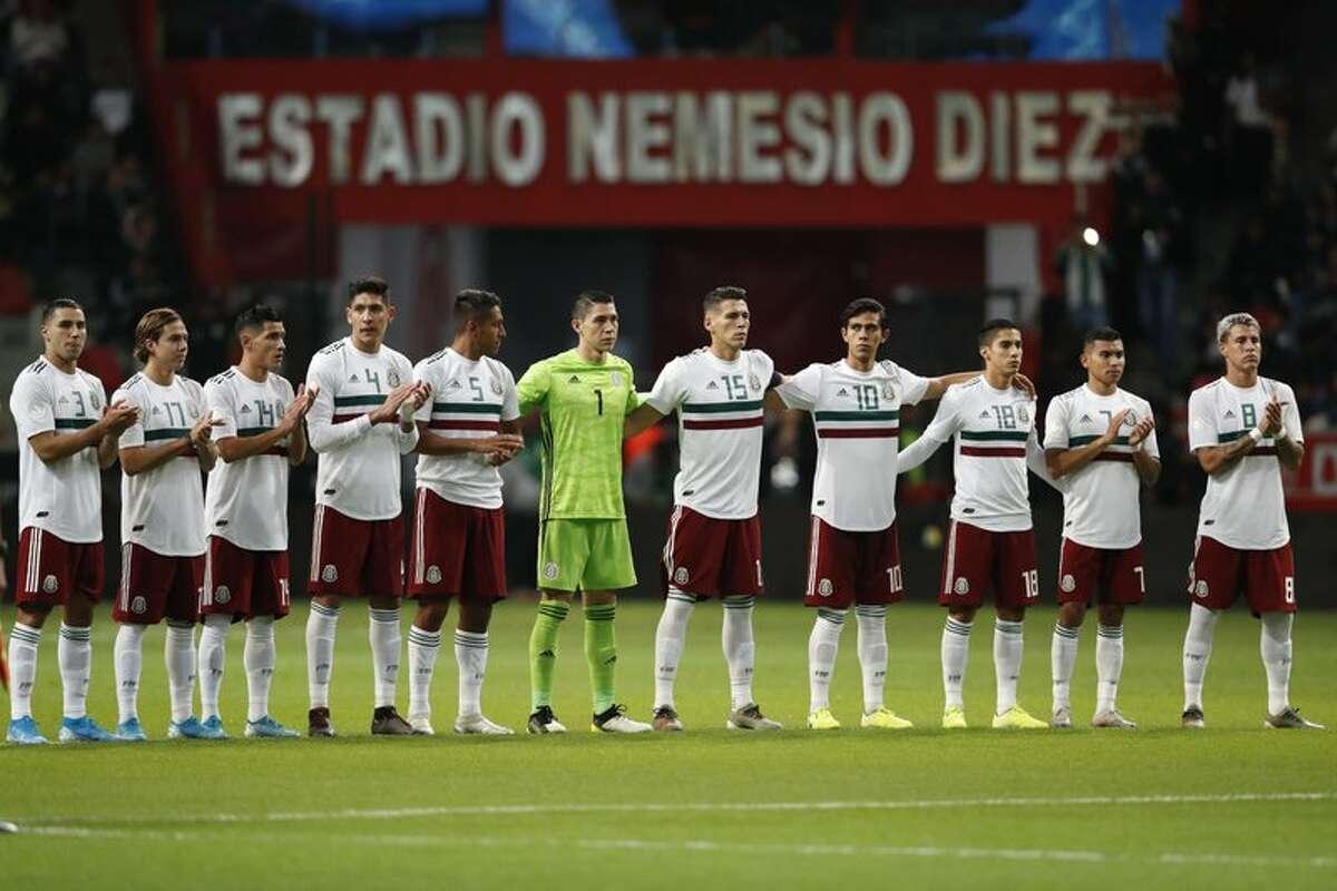 Los jugadores de la selección de fútbol de México participan de un minuto de silencio en recuerdo de Jorge Vergara, el recientemente fallecido dueño del club Chivas de Guadalajara, previo a un partido de la Liga de Naciones de la CONCACAF ante Bermudas, en Toluca, México, el martes 19 de noviembre de 2019.
