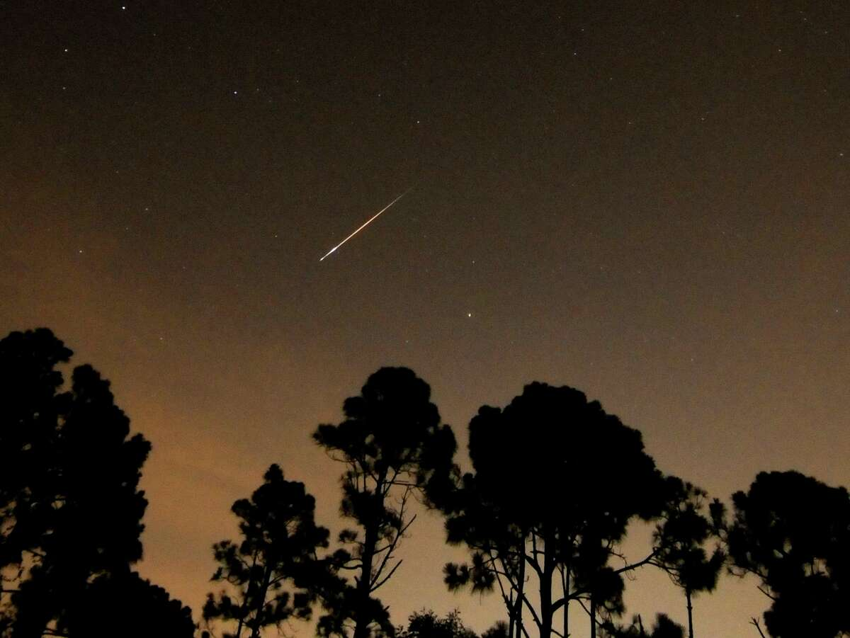 A Perseid meteor streaks towards the horizon during the annual Persied meteor shower in Palm Beach Gardens, Florida, August 12, 2008. Perseids meteors are bits of debris left by the comet Swift-Tuttle which burn up in the Earth's atmosphere. REUTERS/Doug Murray (UNITED STATES)