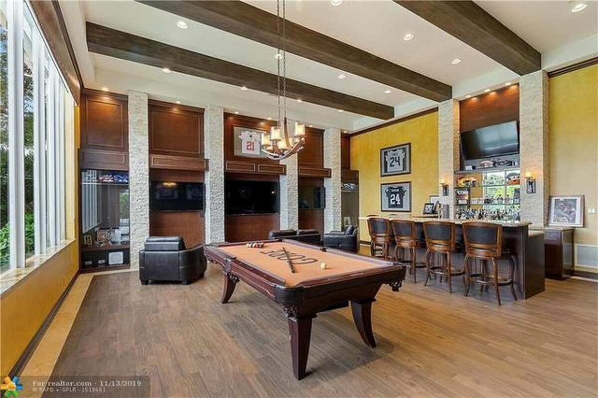 Frank Gore is selling home in Davie, FL. He's listed the lakefront residence for $1.8 million.