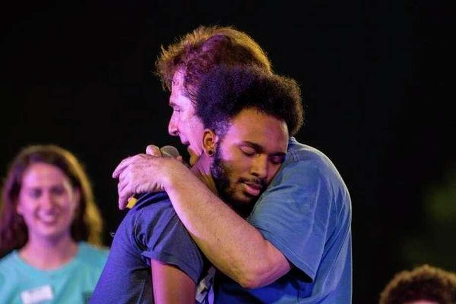 Tom DeLuca hypnotise un élève lors d'une performance précédente. Il utilise une variété de techniques pour hypnotiser les volontaires. (Photo courtoisie)