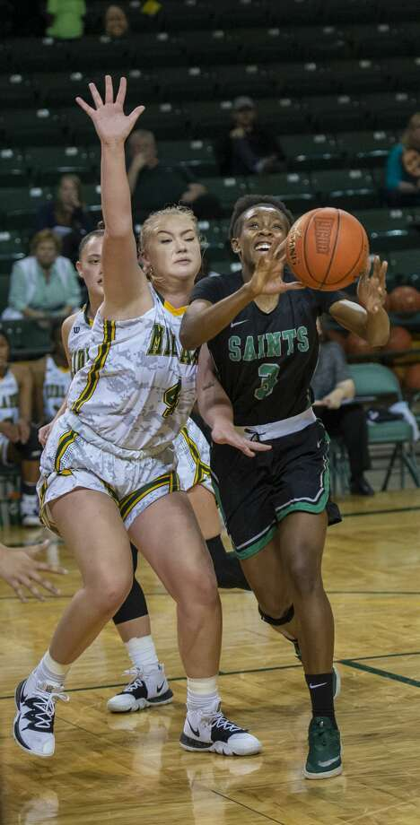 Seward's Aquila Mucubaquire (3) passes the ball as Midland College's Makayla Escue guards her Thursday, Nov. 21, 2019 at Chaparral Center. Photo: Jacy Lewis/Reporter-Telegram