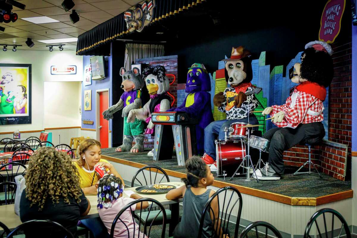 The animatronic band performs on August 23, 2017, at Chuck E Cheese in Chicago's Lincoln Park. Chuck E. Cheese, longtime home of kids' birthday parties and family nights at the arcade, is getting an extreme makeover. That includes dumping the animatronic band. (Brian Cassella/Chicago Tribune/TNS)