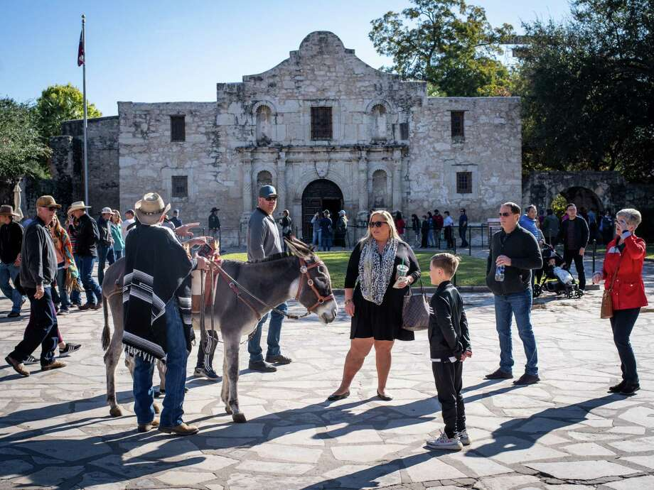 San Antonio will experience a warm Christmas Eve with plenty of sunshine. Photo: Matthew Busch,  San Antonio Express-News / For The San Antonio Express-News / **MANDATORY CREDIT FOR PHOTOG AND SAN ANTONIO EXPRESS-NEWS/NO SALES/MAGS OUT/TV