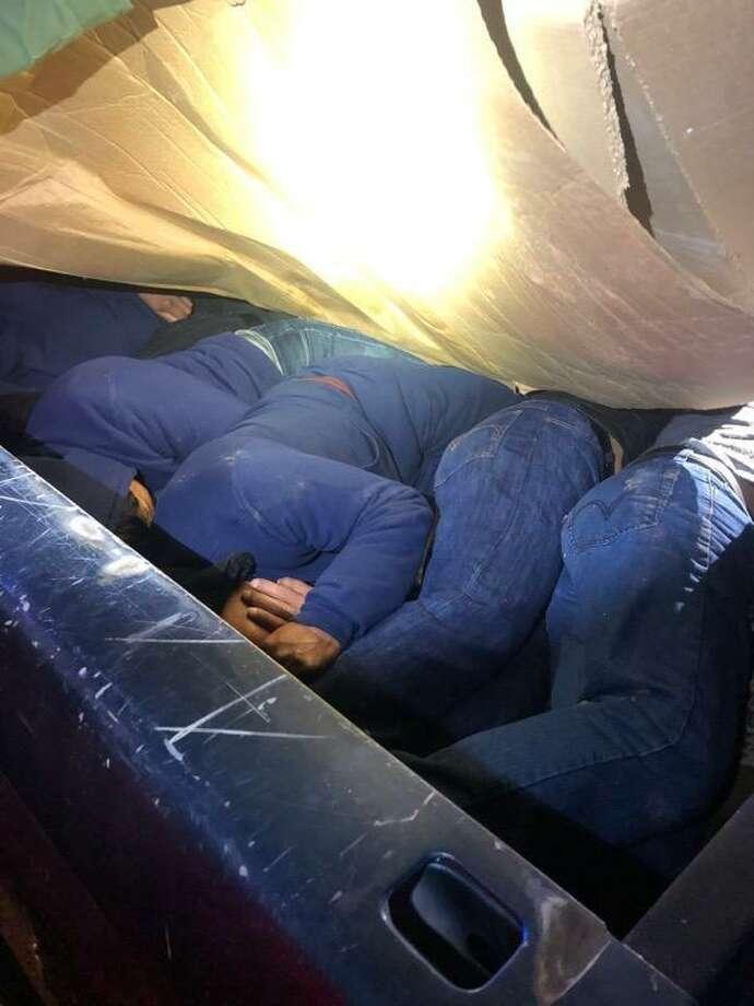 Agentes de la Patrulla Fronteriza descubrieron a ocho personas en la cama de una camioneta el 18 de noviembre de 2019, en la milla 24 de la Carretera I-35. Photo: Foto De Cortesía /CBP
