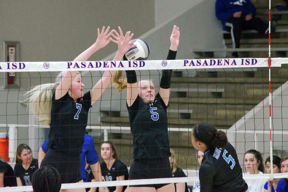 Friendswood's Makensy Manbeck (7) and Ashlyn Svoboda (5) were named co-offensive players of the year on the all-District 22-5A volleyball team. Photo: Kirk Sides / Staff Photographer / © 2019 Kirk Sides / Houston Chronicle