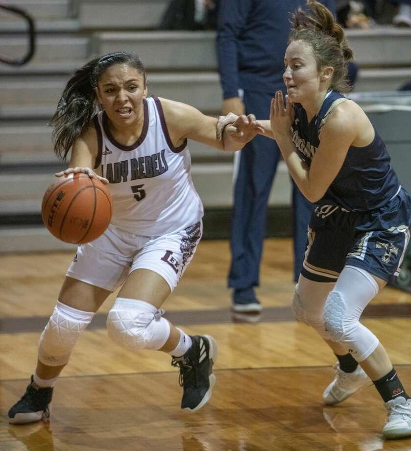 Lee High's Salma Trejo drives baseline around El Paso Coronado's Melanie Munden 11/25/19 at the Lee gym. Tim Fischer/Reporter-Telegram Photo: Tim Fischer/Midland Reporter-Telegram