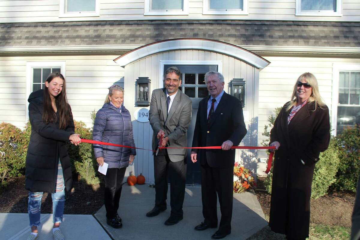 With daughter Sara (left) and wife Lauren (right) holding the ribbon, Dr. David Dayya ceremonially opens New England HealthCare at 194 South Ave. There to welcome him are New Canaan Chamber of Commerce Executive Director Tucker Murphy and First Selectman Kevin Moynihan.
