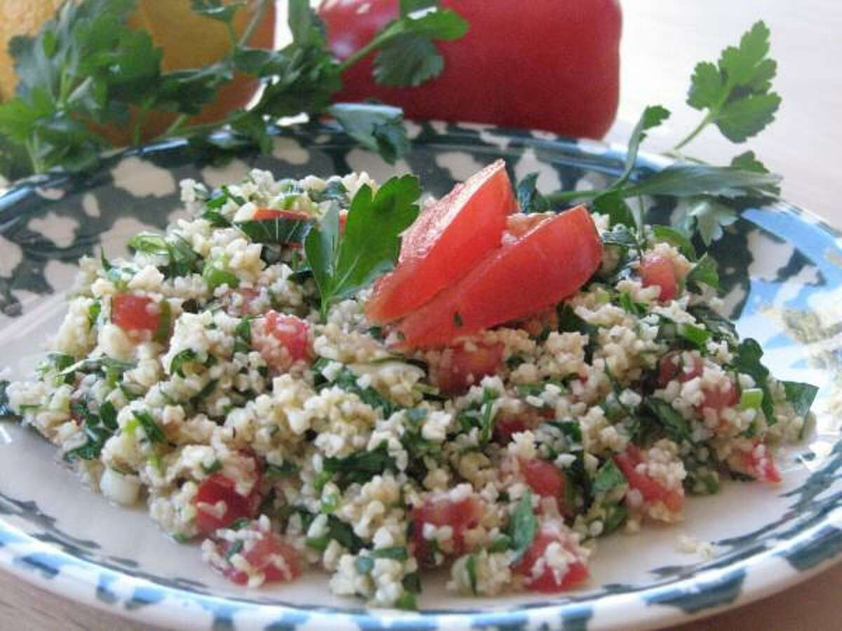 Khorasan Wheat Tabbouleh incorporates olive oil, lemon juice and khorasan wheat to create a recipe that is a good alternative to wheat-based recipes for diabetics.