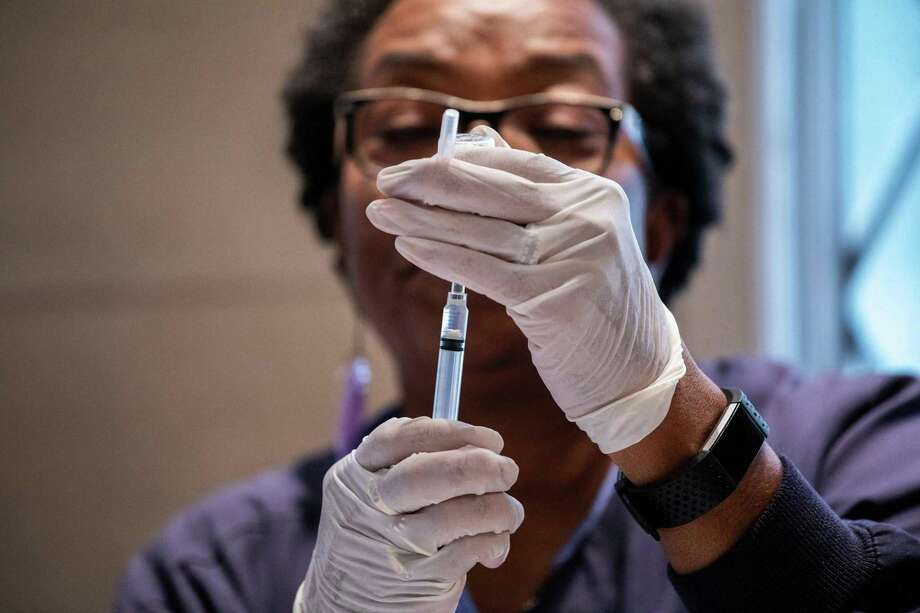 Registered nurse Donna Feaster administers a flu shots during a free flu shot clinic at the First United Methodist Church at the Chicago Temple in 2018. Photo: File Photo / Chicago Tribune
