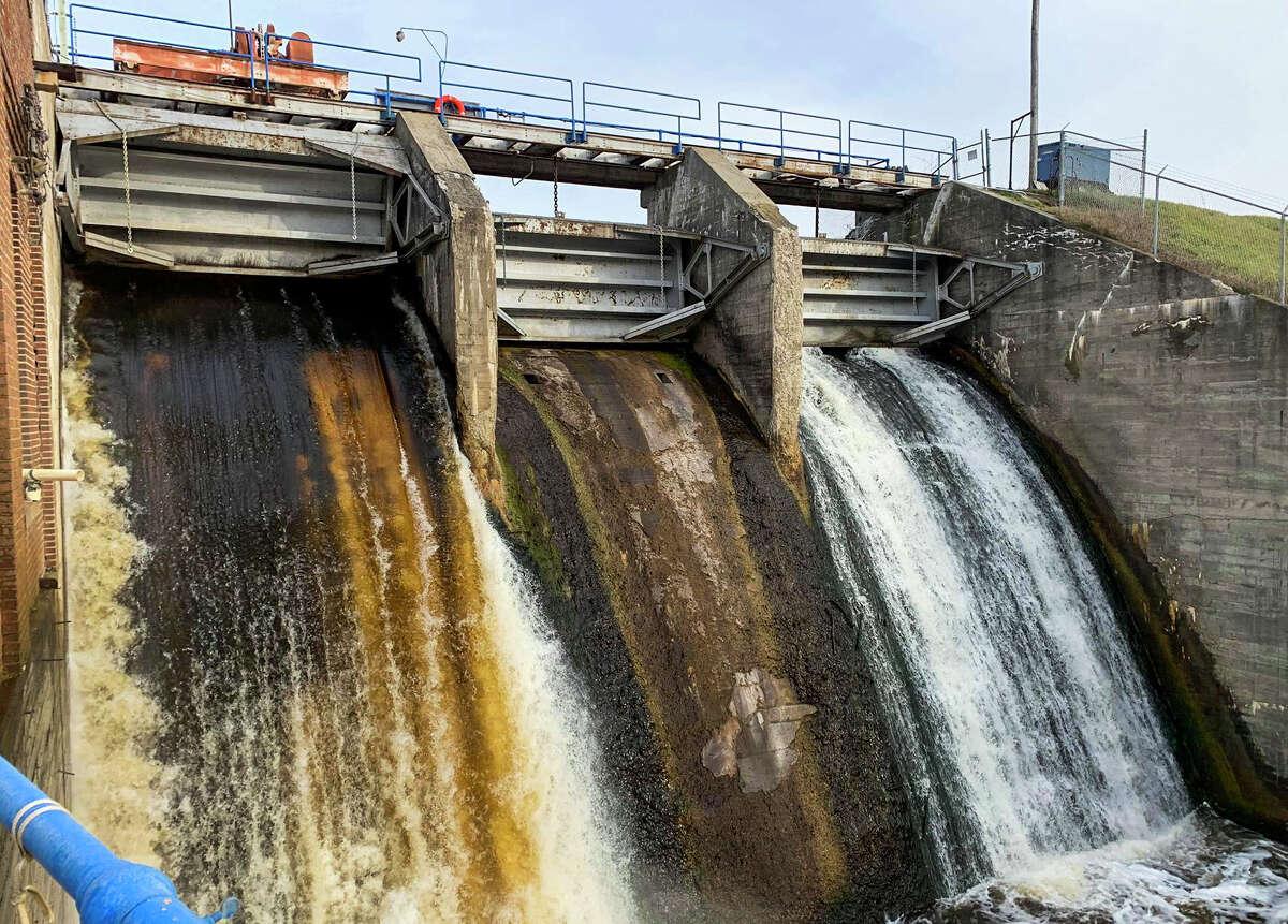 Water flows through the Edenville Dam Monday, Nov. 25, 2019. (Mitchell Kukulka/mitchell.kukulka@mdn.net)