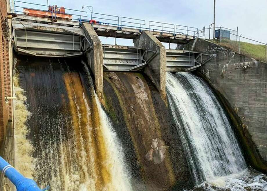 Water flows through the Edenville Dam.  (Mitchell Kukulka/mitchell.kukulka@mdn.net)