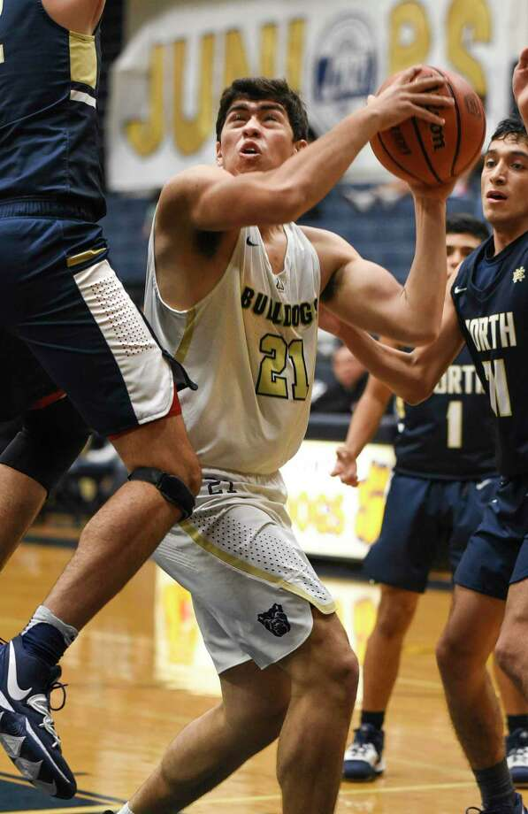 Alexander's Vaughn Jackson had performances of 18, 17 and 15 points off the bench in his junior season for the Bulldogs. Photo: Danny Zaragoza / Laredo Morning Times File