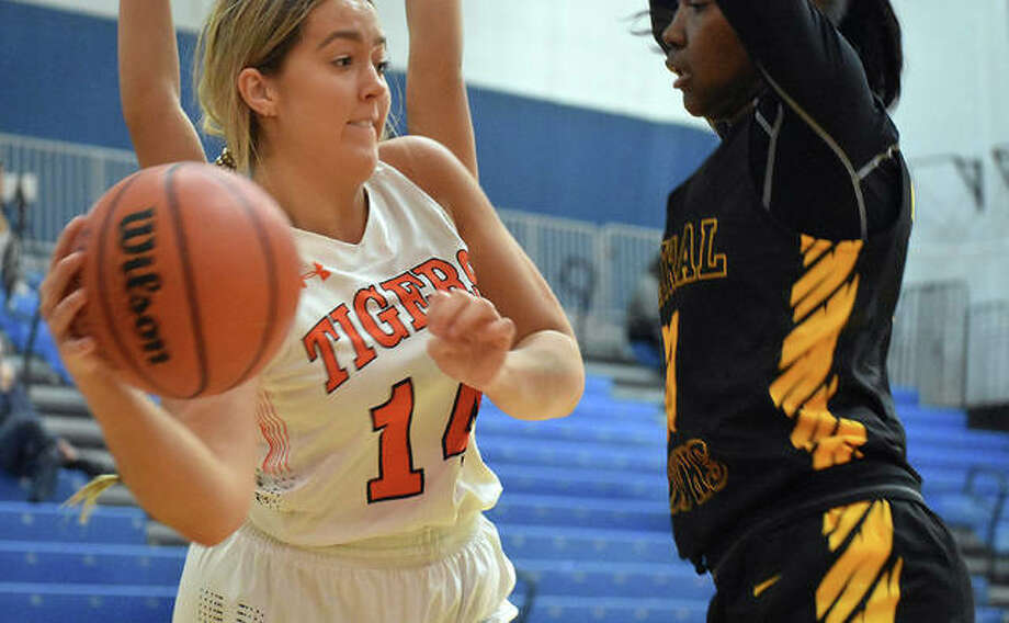 Edwardsville forward Kylie Burg delivers a pass around a Hazelwood Central defender in the second quarter Wednesday in O'Fallon. Photo: Matt Kamp|The Intelligencer