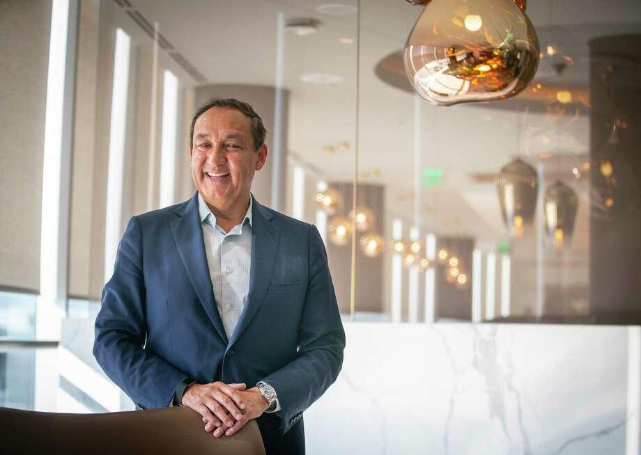 United Airlines CEO Oscar Munoz visits the Polaris Lounge at Bush Intercontinental Airport in Houston, Monday, Nov. 18, 2019. Photo: Mark Mulligan, Houston Chronicle / Staff Photographer / © 2019 Mark Mulligan / Houston Chronicle