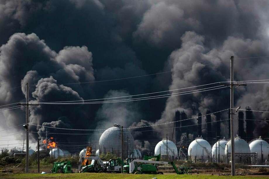 Humo cubre el ambiente tras una explosión en una planta de TPC Group el miércoles 27 de noviembre de 2019 en Port Neches, Texas. Photo: Marie D. De Jesús /Associated Press / © 2019 Houston Chronicle