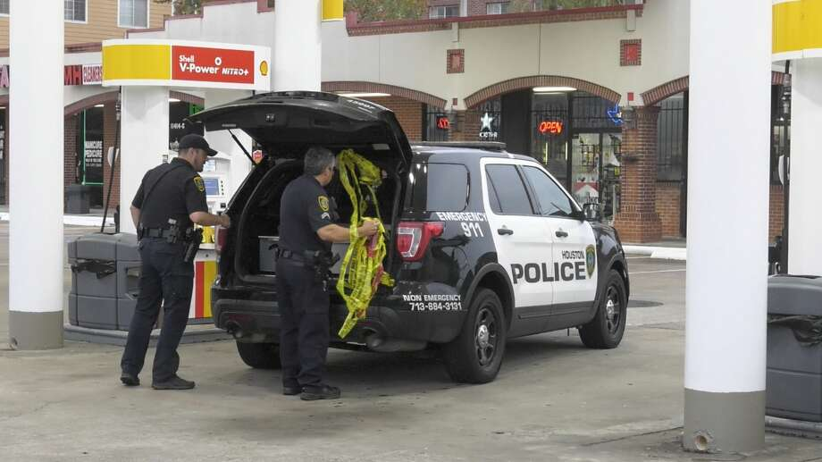 Houston police officers investigate after a would-be robber was shot during a gas station heist in the 11400 block of Richmond Avenue on Friday, Nov. 29, 2019. Photo: Jay R. Jordan / Houston Chronicle