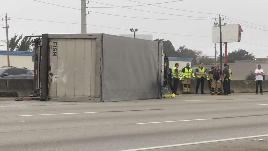 Houston police officers investigate a deadly wreck along Intersate 45 on Friday, Nov. 29, 2019. Photo: Jay R. Jordan / Houston Chronicle