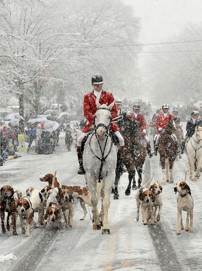 Middleburg, Virginia's Christmas parade led by the Middleburg Hunt, riders and their hounds on a snowy day. Photo: Washington Post Photo By Carol A. Guzy / The Washington Post