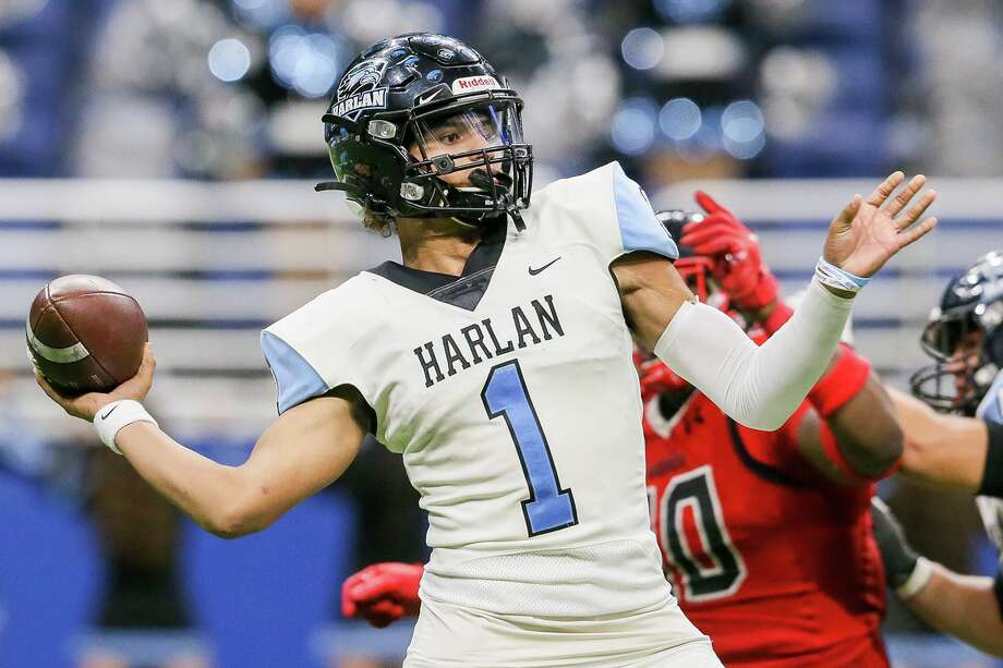 Harlan quarterback Kannon Williams drops back to pass during the second half of their third round Class 5A Division I high school football playoff game with Wagner at the Alamodome on Friday, Nov. 29, 2019. Wagner held on to beat Harlan 48-46. Photo: Marvin Pfeiffer, San Antonio Express-News / Staff Photographer / **MANDATORY CREDIT FOR PHOTOG AND SAN ANTONIO EXPRESS-NEWS/NO SALES/MAGS OUT/TV