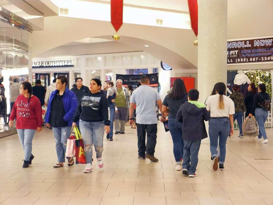 Compradores visitaron tiendas y centros comerciales el viernes 29 de noviembre de 2019 para las ventas anuales del Black Friday. El Mall del Norte abrió sus puertas a las 6 a.m. Photo: Cuate Santos /Laredo Morning Times / Laredo Morning Times