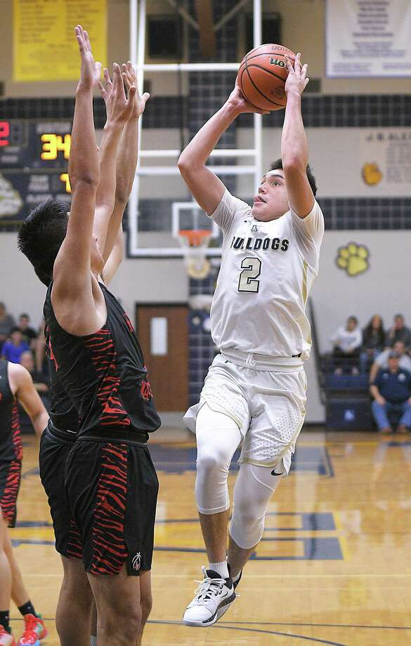 Bobby Torres scored a game-high 25 points Friday as Alexander rallied from an early 8-0 deficit and beat Nelson Vasquez and Martin 71-57 at home. Photo: Cuate Santos / Laredo Morning Times / Laredo Morning Times