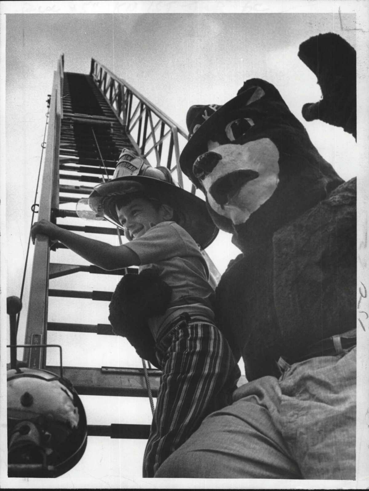 New York - fire prevention - Mike McClain of the Blue Creek Elementary School kindergarten class gets a look up the Latham Fire Department aerial with the help of Smokey Undated (otherwise Lieutenant Warren Carr). The Latham Fire Department is presenting fire prevention programs to all schools in their fire district. October 07, 1971 (Fred McKinney/Times Union Archive)