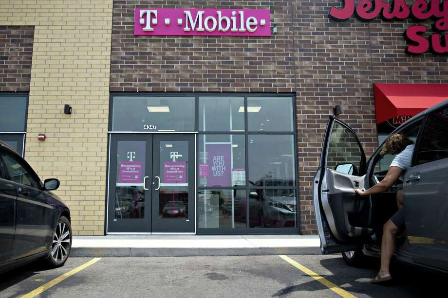 A T-Mobile US retail store in Peru, Ill., on July 26, 2019. Photo: Bloomberg Photo By Daniel Acker. / © 2019 Bloomberg Finance LP
